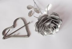 Die geschmiedete Hand stieg Rosen-handgemachtes geschmiedet vom Metall auf einer wei?en R?ckseite lizenzfreie stockfotos