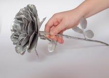 Die geschmiedete Hand stieg Rosen-handgemachtes geschmiedet vom Metall auf einer wei?en R?ckseite stockbilder