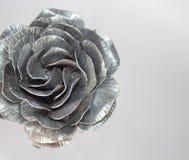 Die geschmiedete Hand stieg Rosen-handgemachtes geschmiedet vom Metall auf einer wei?en R?ckseite stockbild