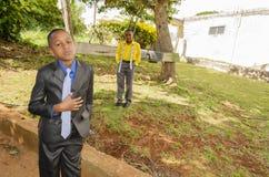 Die Gesellschaftskleidung und der Ausdruck der Jungen lizenzfreies stockbild