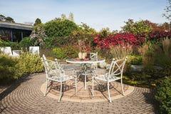 Die gesetzte Tabelle des Gartens wird mit hölzernen Blöcken verziert, in denen trocken Stockfoto