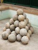 Die gestapelten alten Canon-Kugeln, die vom Granit gebildet werden, schaukeln Lizenzfreie Stockfotografie