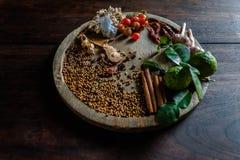 Die Gewürze, zum von würzigem Thailand zu kochen steht auf einem Bretterboden still Lizenzfreie Stockbilder