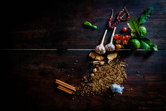 Die Gewürze, zum von würzigem Thailand zu kochen steht auf einem Bretterboden still Stockfoto