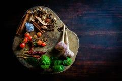 Die Gewürze, zum von würzigem Thailand zu kochen steht auf einem Bretterboden still Lizenzfreie Stockfotos