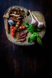 Die Gewürze, zum von würzigem Thailand zu kochen steht auf einem Bretterboden still Stockfotografie