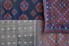 Die Gewebe, die mit gestickten Mustern verziert werden, werden verkauft am Markt eines Dorfs nahe Gangtey (Bhutan) Stockbilder
