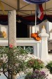 Die Gewohnheit eines Mönchs wurde eingesetzt auf eine Balustrade in den Hof von Wat Na Phra Men in Ayutthaya (Thailand) Stockbild
