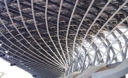Die gewundene Form des modernen Stahlstadions Stockbild