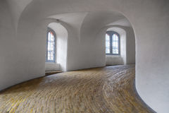 Die gewundene Rampe im runden Turm in Kopenhagen Stockbild