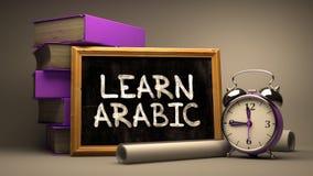 Die gezeichnete Hand lernen arabisches Konzept auf Tafel Stockfotos