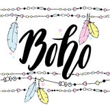 Die gezeichnete Hand unterzeichnen herein boho Art mit handdrawn Federn und Perlen Lizenzfreie Stockfotos