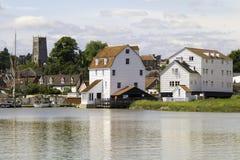 Die Gezeiten-Mühle und die Kirche Woodbridge, Suffolk lizenzfreie stockfotografie