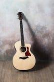 Die Gitarre steht nahe der Wand im Stil der Grunge, Musik, Musiker, Hobby, Lebensstil, Hobby Stockbild