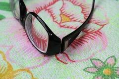 Die Gläser der Frauen für schlechte Vision im schwarzen Rahmen Stockfotos