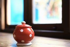 Die Gläser keramisch, rote Farbe, als Gegenstandhintergrund Stockbild