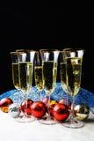 Die Gläser und die Spielwaren des neuen Jahres auf dem Tisch Stockfotos