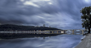 Die Glättung unten auf der Stadt trägt eine Wolke s Stockfotografie