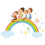 Die Glückfamilie, die auf dem Regenbogen erhielt Stockfoto