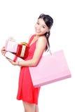 Die glückliche Einkaufenfrau nehmen großen Beutel und Geschenk Stockfotografie