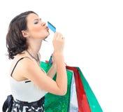 Die glückliche Einkaufsfrau nehmen Kreditkarte Stockfotos