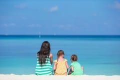 Die glückliche Familie, die mit Strand spielt, spielt auf tropischen Ferien Lizenzfreie Stockfotografie