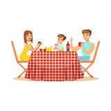 Die glückliche Familie, die draußen, Mutter-, Vater- und Sohncharaktere an einem Picknick zu Mittag isst, vector Illustration Stockfotos