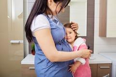 Die glückliche Familienmutter- und -babytochter lizenzfreies stockfoto