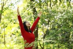 Die glückliche Frau der Freiheit, die lebendig sich fühlt und geben in der Natur frei, die saubere und Frischluft atmet stockbilder