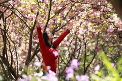 Die glückliche Frau der Freiheit, die lebendig sich fühlt und geben in der Natur frei, die saubere und Frischluft atmet stockfotografie