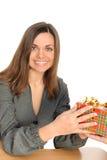 Die glückliche Frau mit dem Geschenk, Stockfoto
