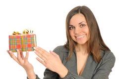 Die glückliche Frau mit dem Geschenk, Lizenzfreie Stockfotos