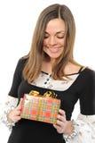 Die glückliche Frau mit dem Geschenk Stockbild