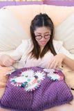 Die glückliche Frau wählen bunten Satz Acrylnagelkunst Stockfoto