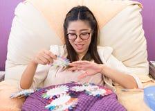 Die glückliche Frau wählen bunten Satz Acrylnagelkunst Stockfotografie