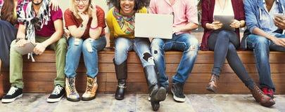Die glückliche Freund-Zusammengehörigkeits-Freundschaft genießen Konzept lizenzfreie stockbilder