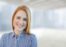 Die glückliche Geschäftsfrau, die gegen weißes und Blau steht, verwischte Hintergrund Lizenzfreie Stockbilder