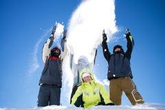 Die glückliche Gruppe von Personen wirft einen Schnee stockbilder