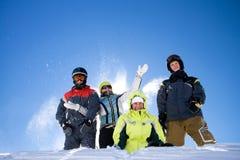 Die glückliche Gruppe von Personen wirft einen Schnee stockfotos