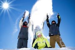 Die glückliche Gruppe von Personen wirft einen Schnee lizenzfreie stockbilder