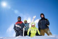 Die glückliche Gruppe von Personen wirft einen Schnee Lizenzfreies Stockbild