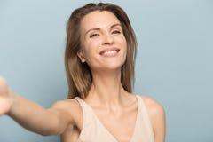 Die gl?ckliche junge Frau haben Spa?tanz lokalisiert im Studio stockbild