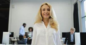 Die glückliche lächelnde Geschäftsfrau, die Berichtsdokument über ihren Geschäftsleuten verwahrt, team Geistesblitz während der k stock footage