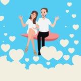 Die glücklichen jungen Paare, die in der Liebe sich entspannen, fliegen den Himmel, der zusammen glücklich ist Lizenzfreie Stockfotos