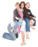 Die glücklichen Kinder, die Reiten unterstützen spielen ein, vom Vati Lizenzfreie Stockfotografie