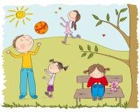 Die glücklichen Kinder, die draußen im Park, ein Mädchen spielen, ist traurig Stockbilder