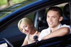 Die glücklichen Paare im Auto stockfotos