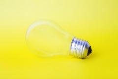 Die Glühlampe auf einem Hintergrund Lizenzfreie Stockbilder