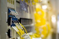Die Glasfaser schließen an Lochkartengeräte werden verwendet in der Telekommunikation an Wählen Sie Fokus vor lizenzfreie stockfotos