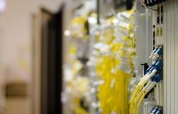Die Glasfaser schließen an Lochkartengeräte werden verwendet in der Telekommunikation an Wählen Sie Fokus vor stockfoto